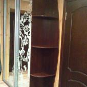 двухстворчатый зеркальный шкаф купе с полками
