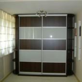 зеркальный шкаф купе с деревянными вставками